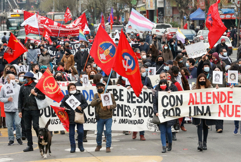 Manifestantes participan en una marcha para conmemorar el 48º aniversario del golpe militar de 1973 en Chile, en Valparaíso, Chile, 11 de septiembre de 2021.