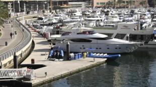 Yates en la desierta marina de Dubái, en Emiratos Árabes Unidos el 5 de mayo de 2020