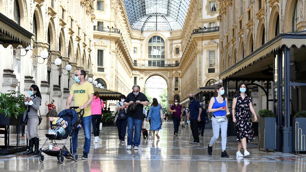 Imagen del miércoles 27 de mayo en la Galería Vittorio Emmanuele de Milán, Italia, mientras el país transalpino trata de recuperar la normalidad.