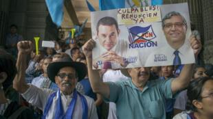 Des manifestants demandent la démission du président Jimmy Morales et apporte leur soutien au magistrat colombien, Ivan Velasquez, le 27 août 2017.