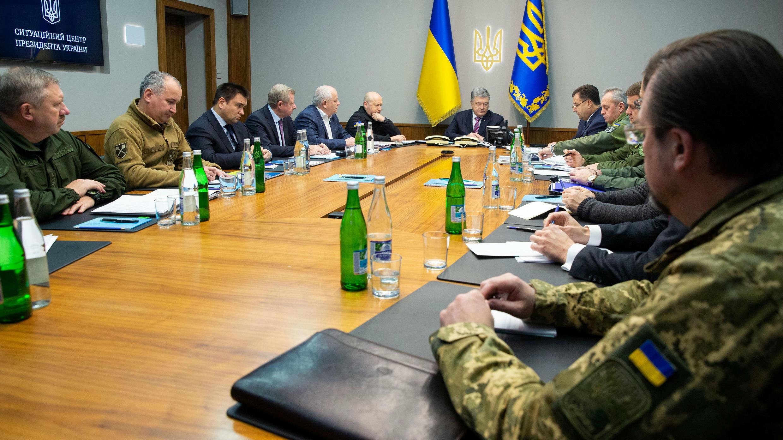 El presidente de Ucrania, Petro Poroshenko, preside una reunión con jefes de las fuerzas militares y de seguridad en Kiev, Ucrania, 30 de noviembre de 2018.