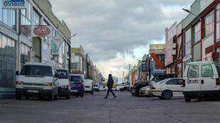 Un hombre camina por un polígono industrial de la ciudad española de Burgos el 30 de marzo de 2020, en pleno confinamiento por la crisis del coronavirus, que sólo permitía actividades económicas esenciales