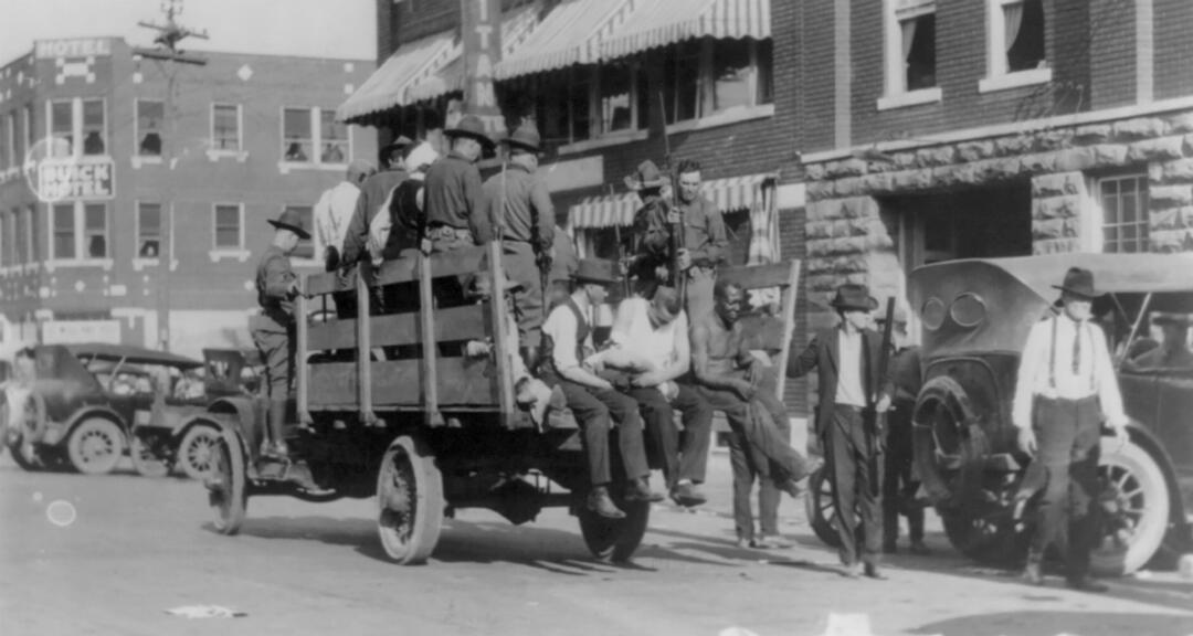 Imagen de archivo. Un camión transporta soldados y afroamericanos cerca del Hotel Litan durante la masacre de la carrera en Tulsa , Oklahoma en 1921.
