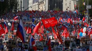 Miles de personas con banderas y fotografías de soldados, conmemorar el trabajo y esfuerzo durante la II Guerra mundial.