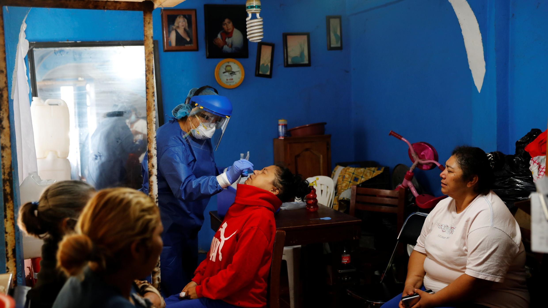 Trabajadores de la salud realizan una prueba a un paciente mientras van de casa en casa para evaluar a las personas por la enfermedad del nuevo coronavirus en Tláhuac, Ciudad de México, 20 de julio de 2020.