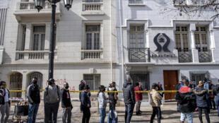 Una fila de personas aguarda para tramitar el retiro de fondos de pensión en Santiago de Chile el 30 de julio de 2020