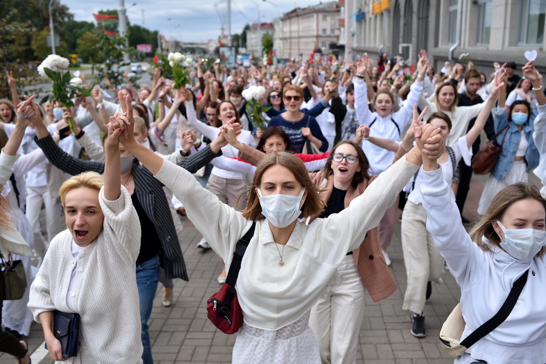 Des femmes protestent contre les violences policières et la réélection d'Alexandre Loukachenko, à Minsk, le 12 août 2020.