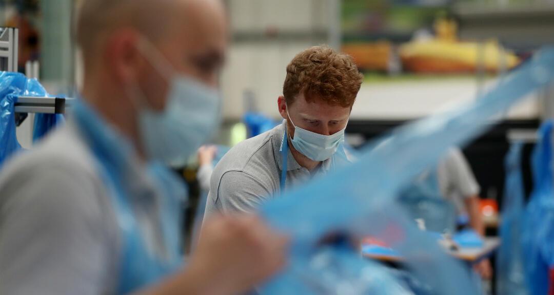 Los voluntarios del personal de Nissan producen delantales para el personal del sistema nacional de salud, NHS, con mensajes que envían niños locales en apoyo a los sanitarios. Sunderland, Reino Unido, el 5 de mayo de 2020.