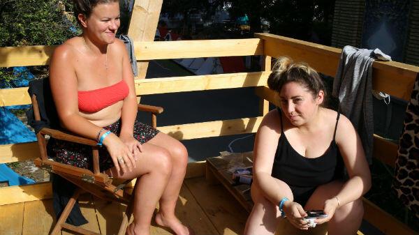 Naomi et Charlotte, sur la terrasse de leur cabanon au camping Les Grands Voisins