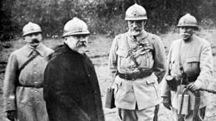 Photo prise durant la Première Guerre Mondiale du président français Raymond Poincaré visitant le front.