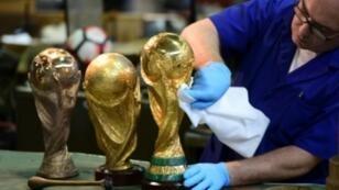 Le légendaire trophée de la Coupe du monde, bichonné par les artisans de l'atelier Bertoni.