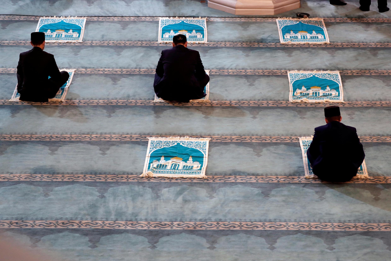 Les distances sociales sont aussi respectées par des ecclésiastiques, dans la grande mosquée de Moscou en Russie le 31 juillet 2020.