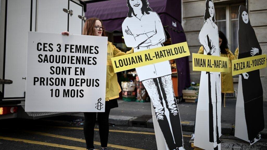 ناشطة لدى منظمة العفو الدولية أمام السفارة السعودية بباريس 8 مارس/آذار 2019 .