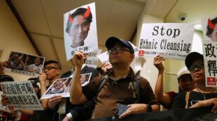 Activistas se manifiestan frente al consulado de Myanmar en Hong Kong por la limpieza étnica contra la minoría rohingya y el arresto de dos periodistas de la Agencia Reuters que investigaban las deportaciones masivas y asesinatos.
