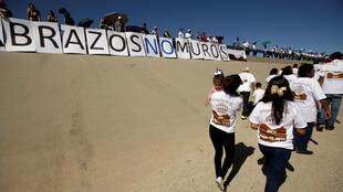 Mexicanos se reunieron con sus familiares, que viven en los EE. UU., durante el evento Hugs Not Walls en la frontera entre Ciudad Juárez, México, y El Paso, EE. UU., el 12 de mayo de 2018.