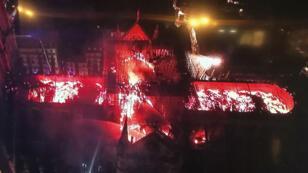 Una vista aérea muestra la catedral de Notre Dame en París envuelta en llamas el 15 de abril de 2019.