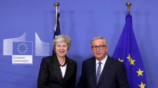 La primera ministra británica, Theresa May, saluda al presidente de la Comisión Europea, Jean-Claude Juncker, antes de una reunión para discutir los proyectos de acuerdo sobre el Brexit, en la sede de la Comisión Europea en Bruselas, Bélgica, el 21 de noviembre de 2018.