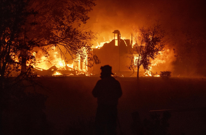 Una vivienda se incendia en Vacaville, California, el 19 de agosto de 2020.