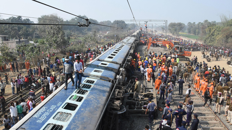 Escena del accidente de tren ocurrido en la madrugada del 3 de febrero de 2019 en el norte de India.