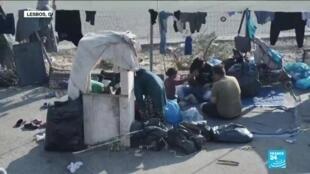 2020-09-17 13:32 Les migrants dans les rues de Lesbos évacués vers un nouveau camp après l'incendie de Moria