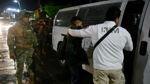 Un migrant est embarqué par les agents de l'Institut méxicain des migrations, à Tapachula, au Méxique, le 5 septembre 2019.