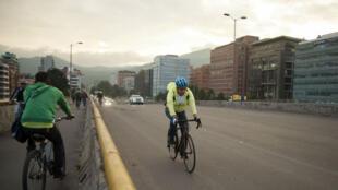 Ciudadano movilizándose en bicicleta en Bogotá, Colombia, durante el desarrollo de la jornada sin automóviles realizada el siete de febrero de 2019.