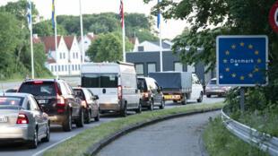 El tráfico desde Alemania hacia Dinamarca se acumula en la frontera entre los dos países cerca de la ciudad de Krusa, el 15 de junio de 2020.