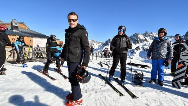 El presidente francés Emmanuel Macron en una estación de esquí el 15 de marzo.