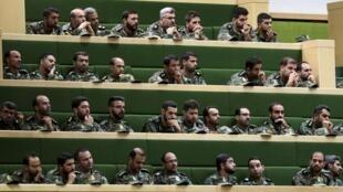 Des membres des Gardiens de la Révolution au Parlement de Téhéran le 7octobre2018.