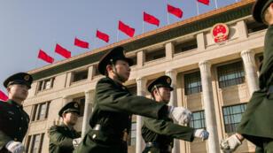 Des gardes paramilitaires défilent pour l'ouverture de la Conférence politique consultative du peuple chinois, le 2 mars 2017, à Pékin.