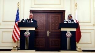 وزير الخارجية الأمريكي ريكس تيلرسون ونظيره القطري محمد بن عبد الرحمن آل ثاني في الدوحة، 22 تشرين الأول/أكتوبر 2017.