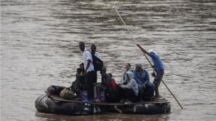 Des migrants africains utilisent un bateau de fortune pour traverser la frontière entre le Guatemala et le Mexique, à Cuidad Hidalgo, dans l'État du Chiapas, le 10 juin 2019.