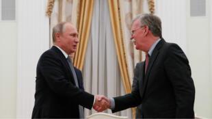 El presidente Vladímir Putin recibe al asesor de Seguridad Nacional estadounidense en el Kremlin. 23 de octubre de 2018.