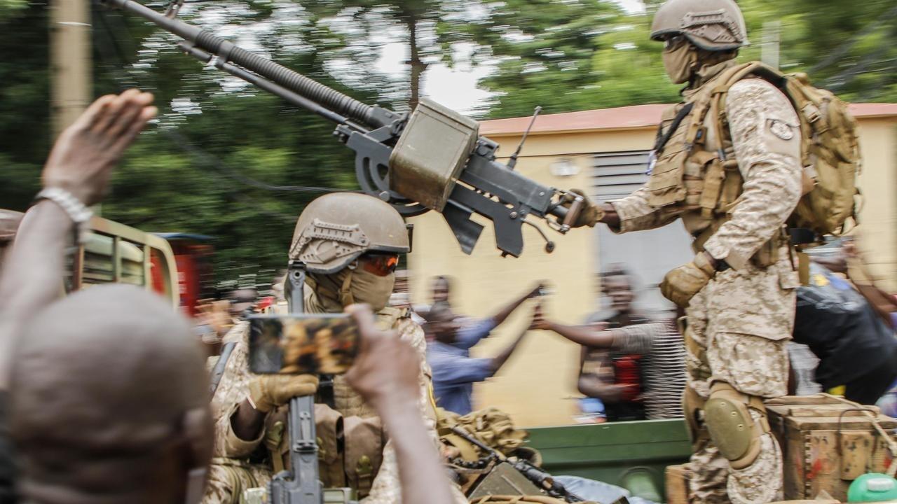 Soldados malienses en la Plaza de la Independencia en la capital, Bamako, el 18 de agosto de 2020, tras el arresto del presidente Ibrahim Abubakar Keïta y del primer ministro Bobo Sisi.