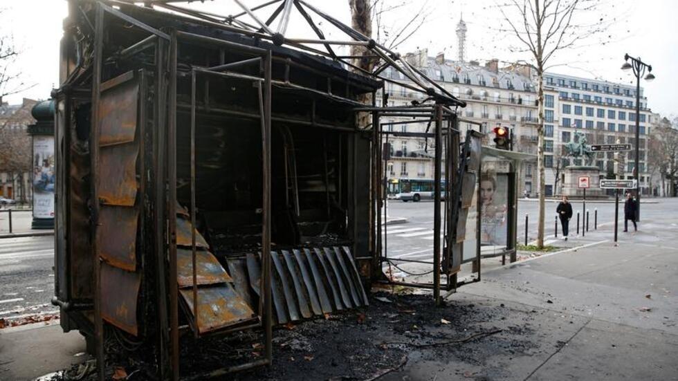 كشك لبيع الجرائد محترق بالكامل في باريس - 9 كانون الأول/ديسمبر 2018