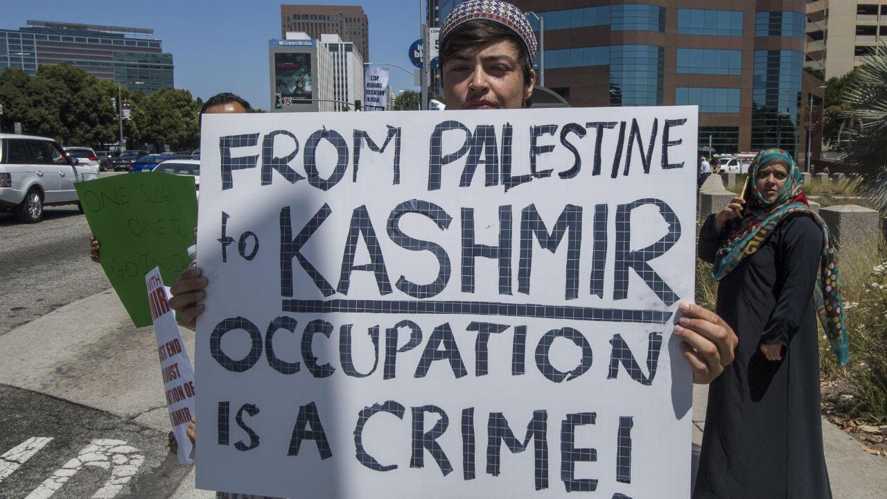 """Un manifestant à Los Angeles tient une pancarte """"Du Cachemire à la Palestine, l'occupation est un crime!"""""""