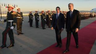 Le Premier ministre français Manuel Valls, lors de son arrivée à Alger, samedi 9 avril 2016, avec son homologue algérien Abdelmalek Sellal.