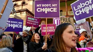 """Manifestation opposant des militants """"pro-vie"""" et """"pro-choix"""" devant le Parlement de Nouvelle-Galles du Sud, à Sydney le 6 août 2019."""