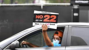 Un chauffeur de VTC faisant campagne contre la proposition 22 soumise au vote des habitants de la Californie, le 3 novembre 2020.