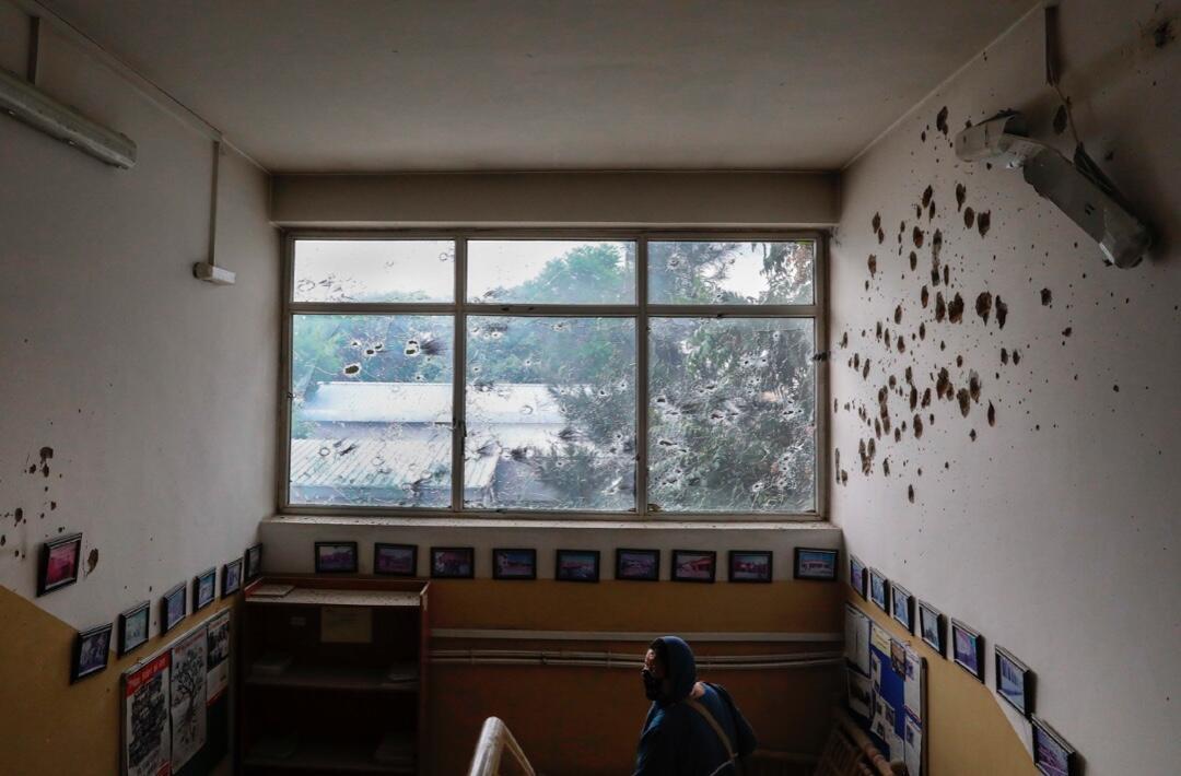 Una de las ventanas y paredes con balas tras el ataque contra el hospital materno de Médicos sin Fronteras en Kabul, Afganistán, el 12 de mayo de 2020.