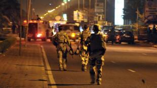 Des soldats européens pendant l'attaque qui a visé le 21 mars un camp d'entraînement militaire de l'Union européenne à Bamako.