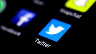 La aplicación de Twitter se ve en la pantalla del teléfono el 3 de agosto de 2017