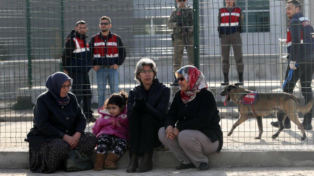 Des proches de personnes accusées d'être impliquées dans le coup d'État manqué en Turquie, assises devant la prison de Sincan, à Ankara, le 28 février 2017.