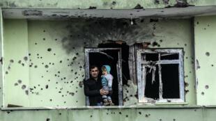 Les habitants de Silopi (sud-est) constatent les dégâts causés par les combats, le 19 janvier.