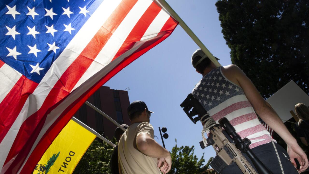 """مؤيدو وأعضاء حركة """"صلاة وطنية"""" في واشنطن يتجمعون للاحتجاج على فرض ارتداء الكمامات في 26 يونيو 2020 في فانكوفر، واشنطن"""