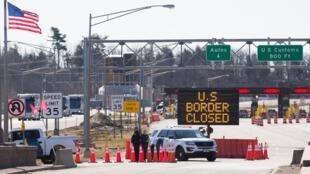 حاجز لشرطة الحدود الأميركية أمام أحد المعابر المغلقة بين الولايات المتحدة وكندا في 22 آذار/مارس 2020