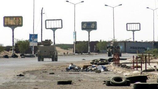 آليات مدرعة تابعة للقوات الموالية للحكومة اليمنية تتقدم في المنطقة الصناعية في شرق مدينة الحديدة في 18 تشرين الثاني/نوفمبر 2018