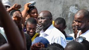 L'ancien footballeur George Weah arrive à son bureau de vote, à Monrovia, lors de l'élection présidentielle du 10 octobre 2017.