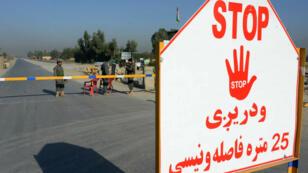 Des agents de sécurité afghans près d'un poste de contrôle à l'extérieur de l'aéroport de Jalalabad.
