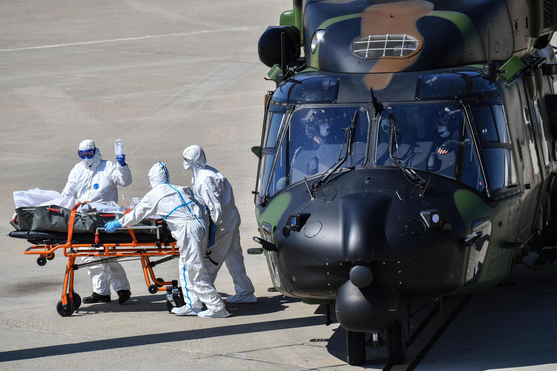 Les transferts de malades du Covid-19 effectués par l'armée se poursuivent en France.